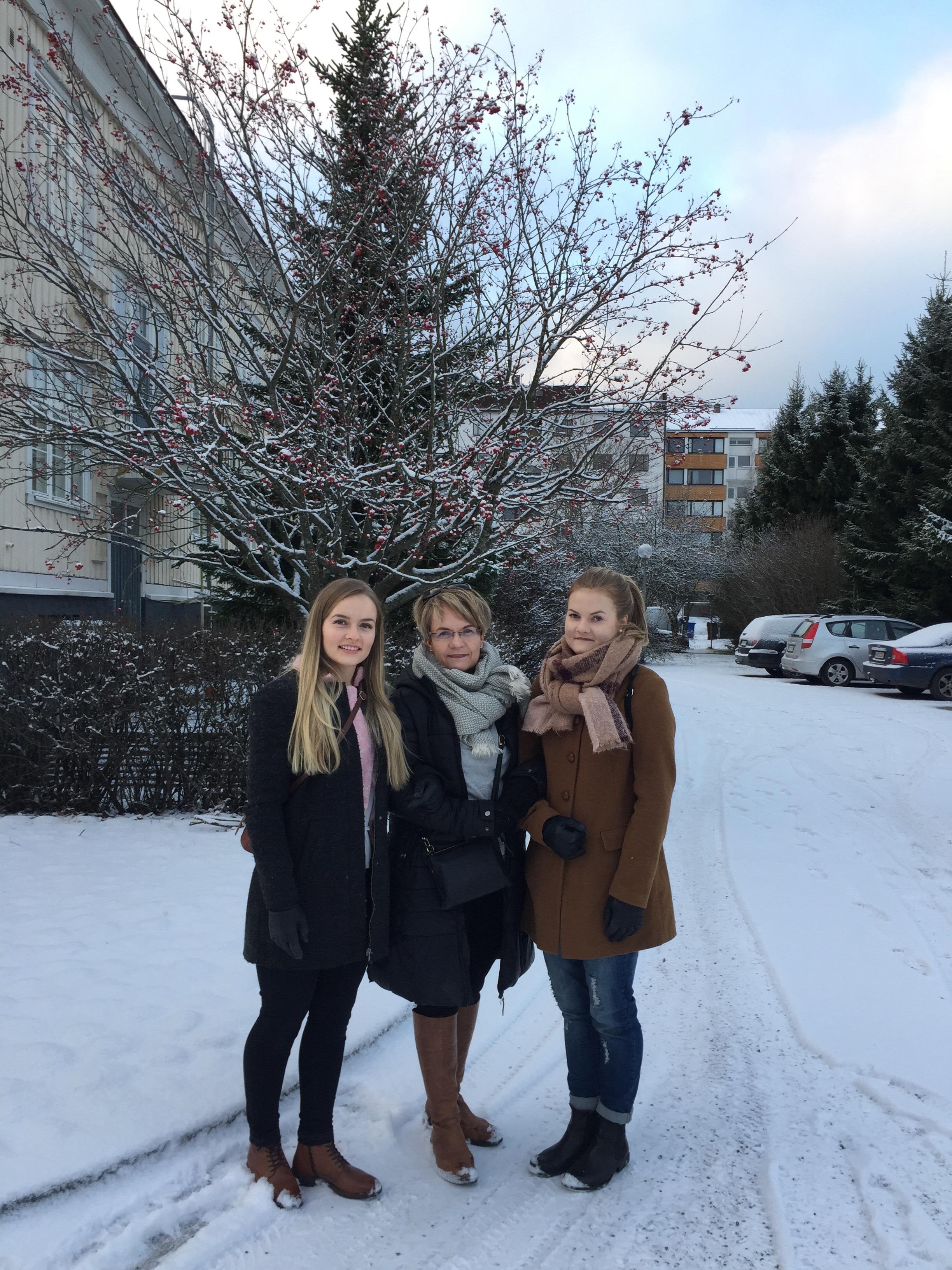 På Finlands hundraårsdag år 2017. Tre kvinnor: Mindy, Mamma, Ebba.
