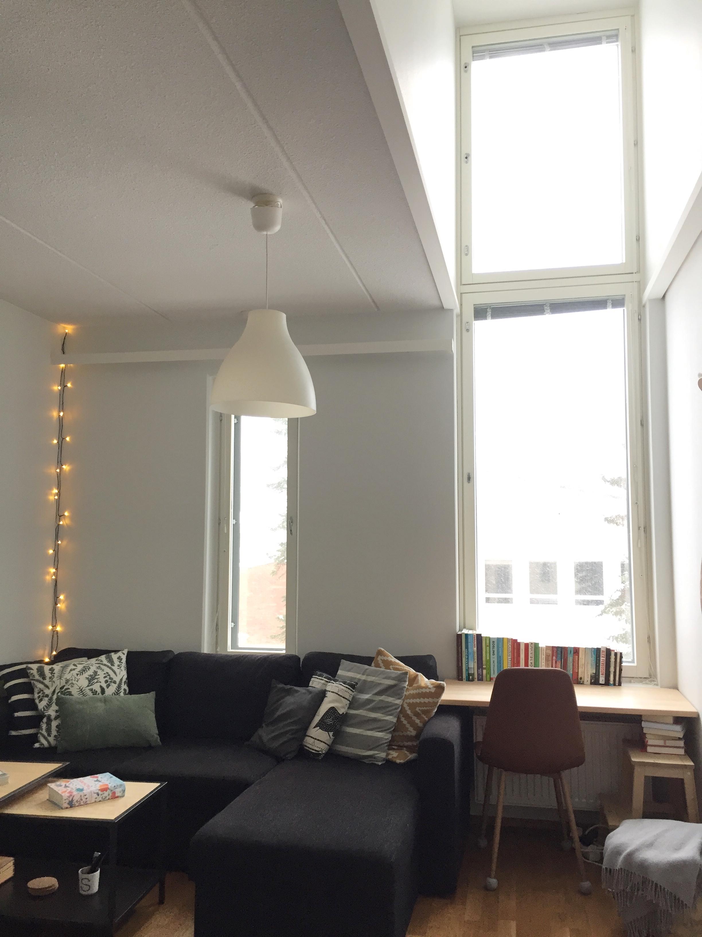 Det här höga fönstret ger härligt mycket ljus!
