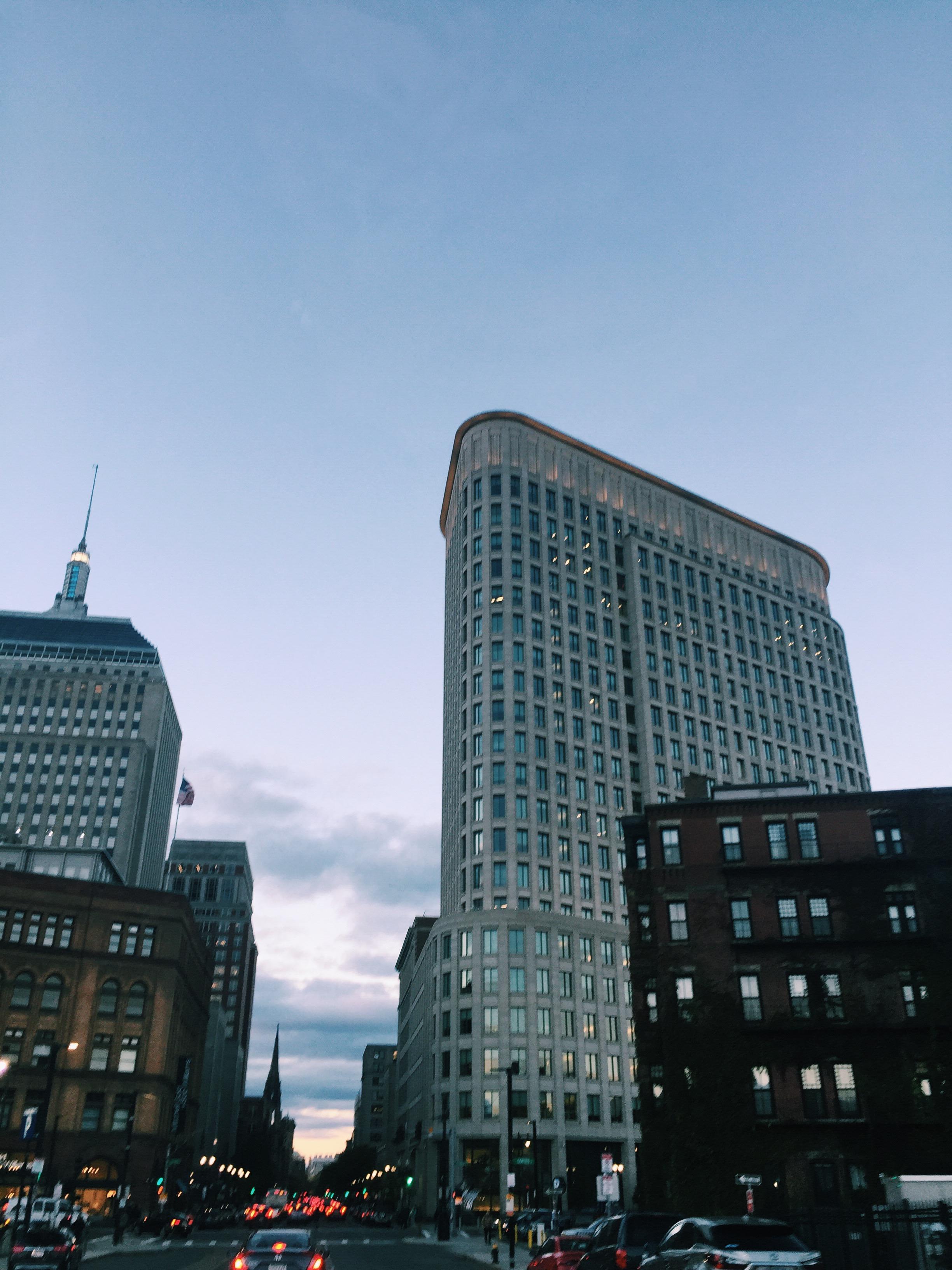 Höga byggnader ger mig yrsel och obehagskänslor. Som denna i downtown Boston.