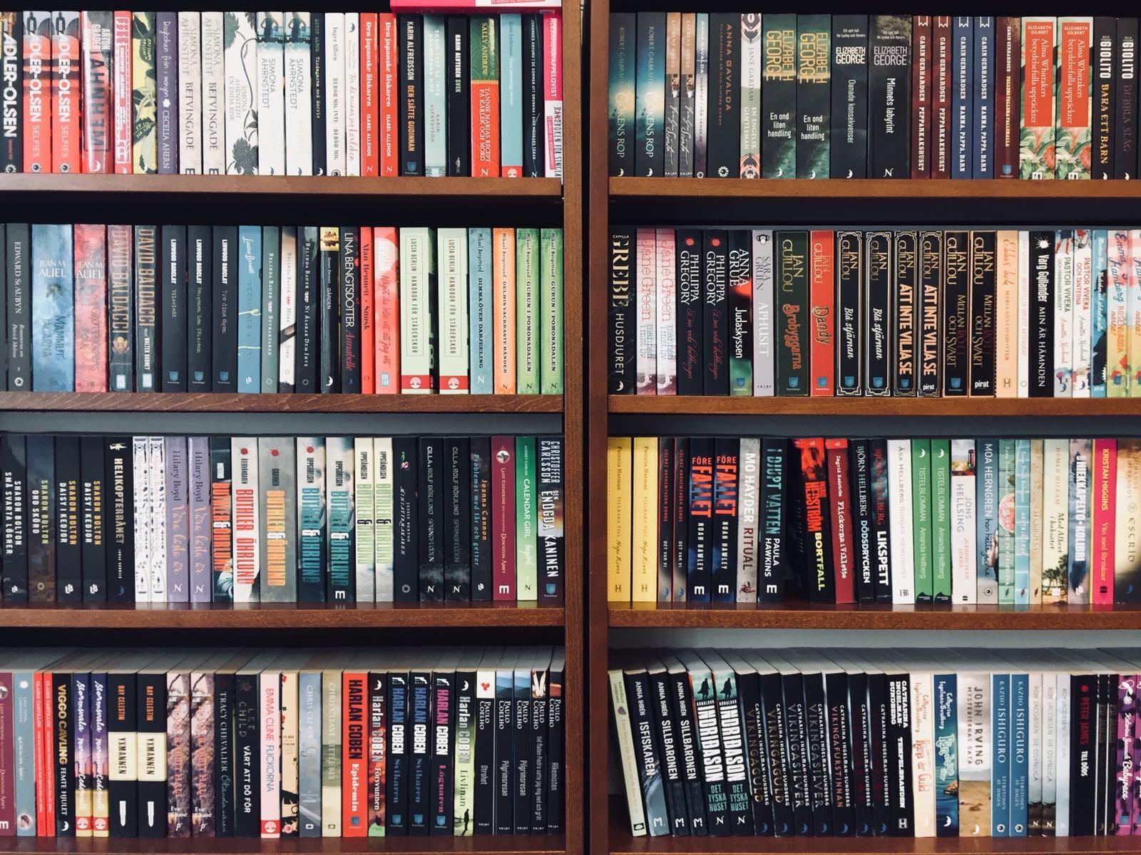 Inte alls min bokhylla, det här bokhyllan finns i den härliga butiken Gros. Bilder på just min bokhylla får ni när det börjar vara klart (blir det någonsin det?)