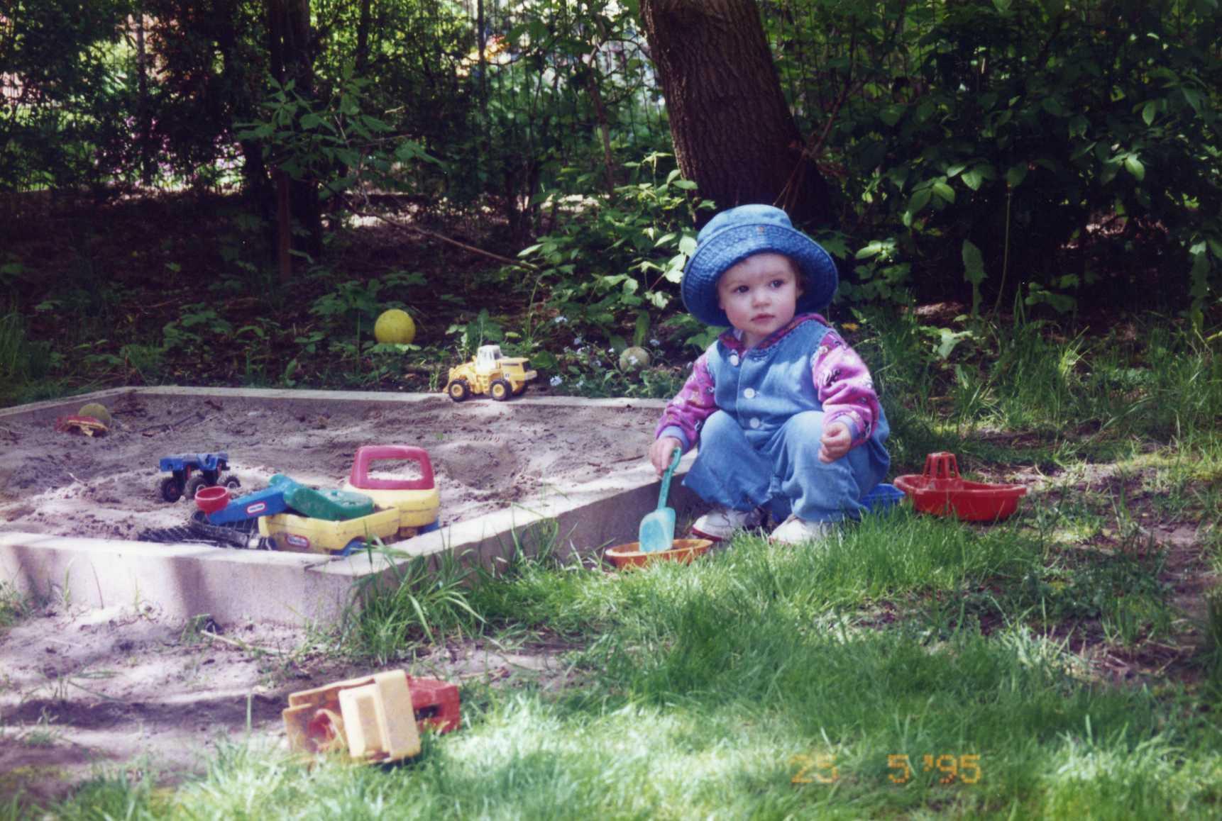 Foto från 1995. Mindy i sandlådan. Inga synbara irritationsobjekt (=andra barn) i närheten.