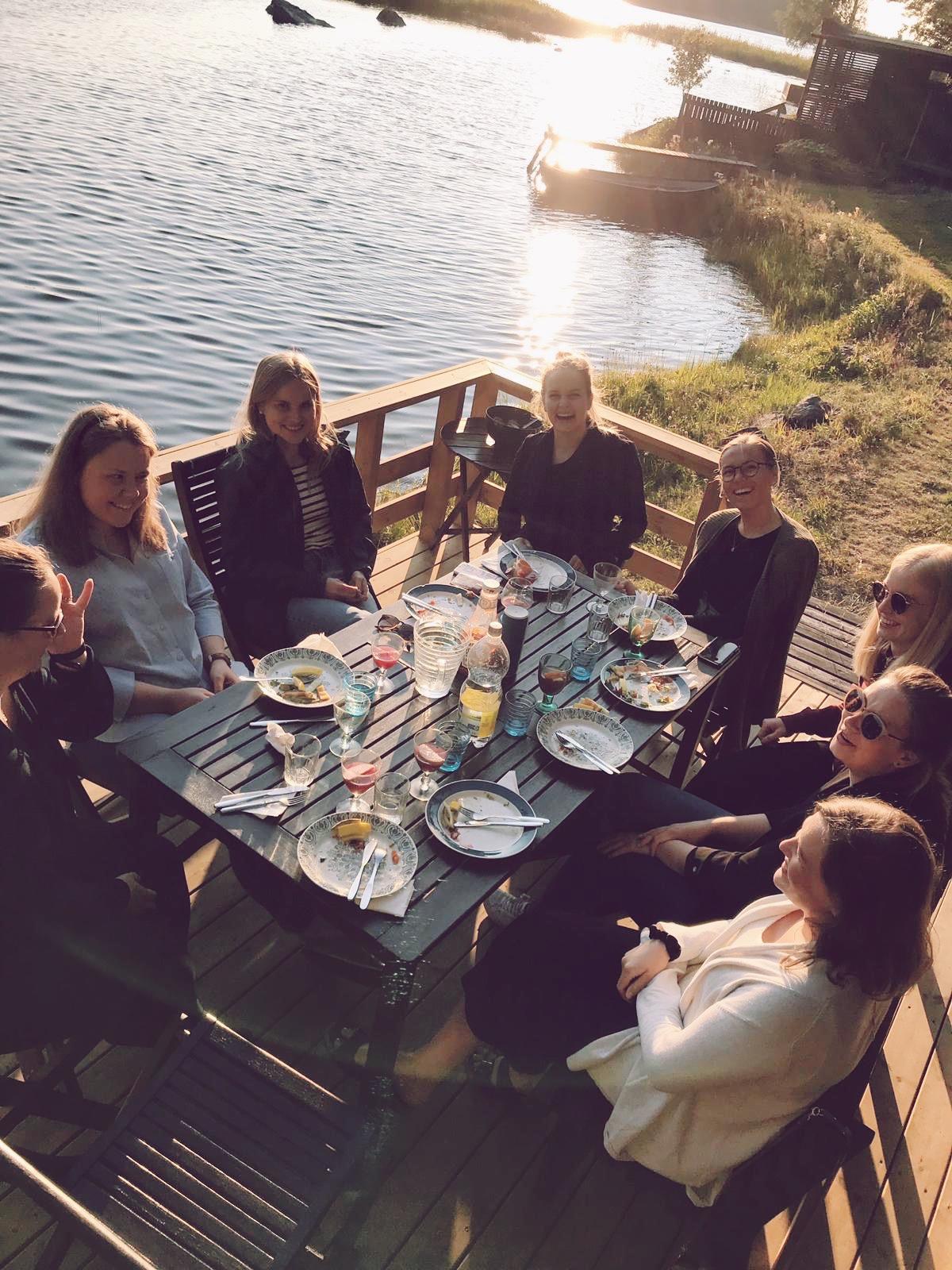 Kvinnorna i mitt liv. Några på bild, några utanför. Foto: Maja Nybacka, med ett tafatt försök till redigering av mig själv