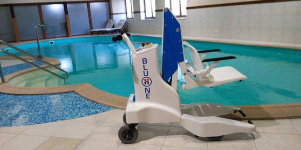 bluone-pool-lift-at-poolside.jpg