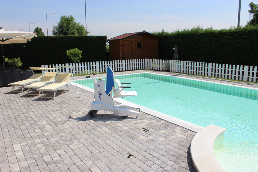 bluone-dolphion-mobility-pool-lift.jpg