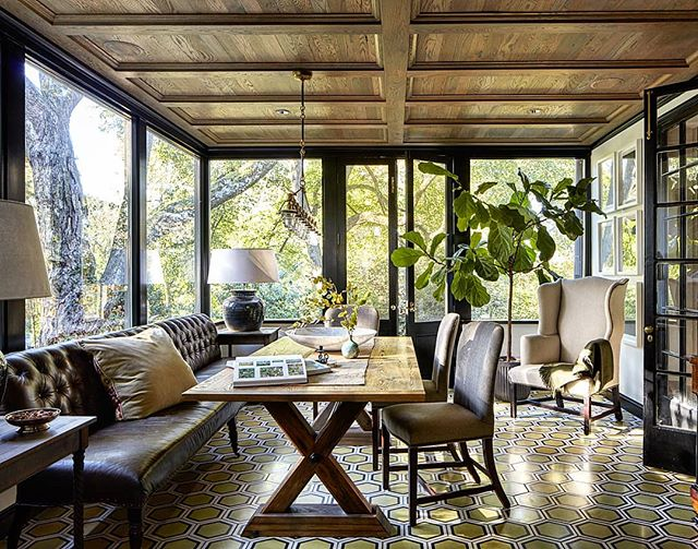 Morning light filtering through the trees make this breakfast room feel as though it's perched among them. Happy Thursday!  #interiordesign #breakfastroom #patricksutton #eyrie #roomwithaview #modern #interior #design #treehouse #woodceiling #banquet #dining #casual #comfortable #trees #forest #enchantedforest #tellingstories #storiedinteriors #instaphoto #instapic #photo #makingtheworldbeautiful 📸 @rogerdaviesphotography styled by @eleanor_roper_interiors_style