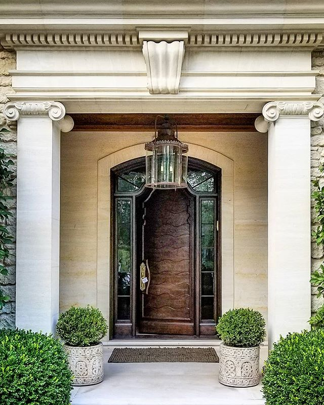 Opening up to a new week. Happy Monday!  #interiordesign #entry #patricksutton #frontdoor #architecture #design #proportion #grace #classical #classic #tellingstories #storiedinteriors #instaphoto #instapic #photo #makingtheworldbeautiful
