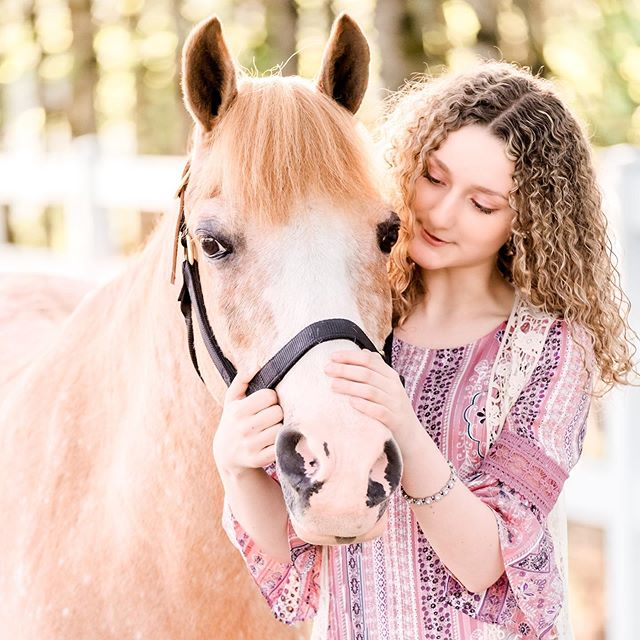 How adorable are Thorr and Emily?! Such a great bond between the two of them 😍😍😍 . . . . #pnwequinephotography #equinegirlboss #hairofthedog #ridgefieldwa #horseandrider #equinephotography #equinephotographyhorserider