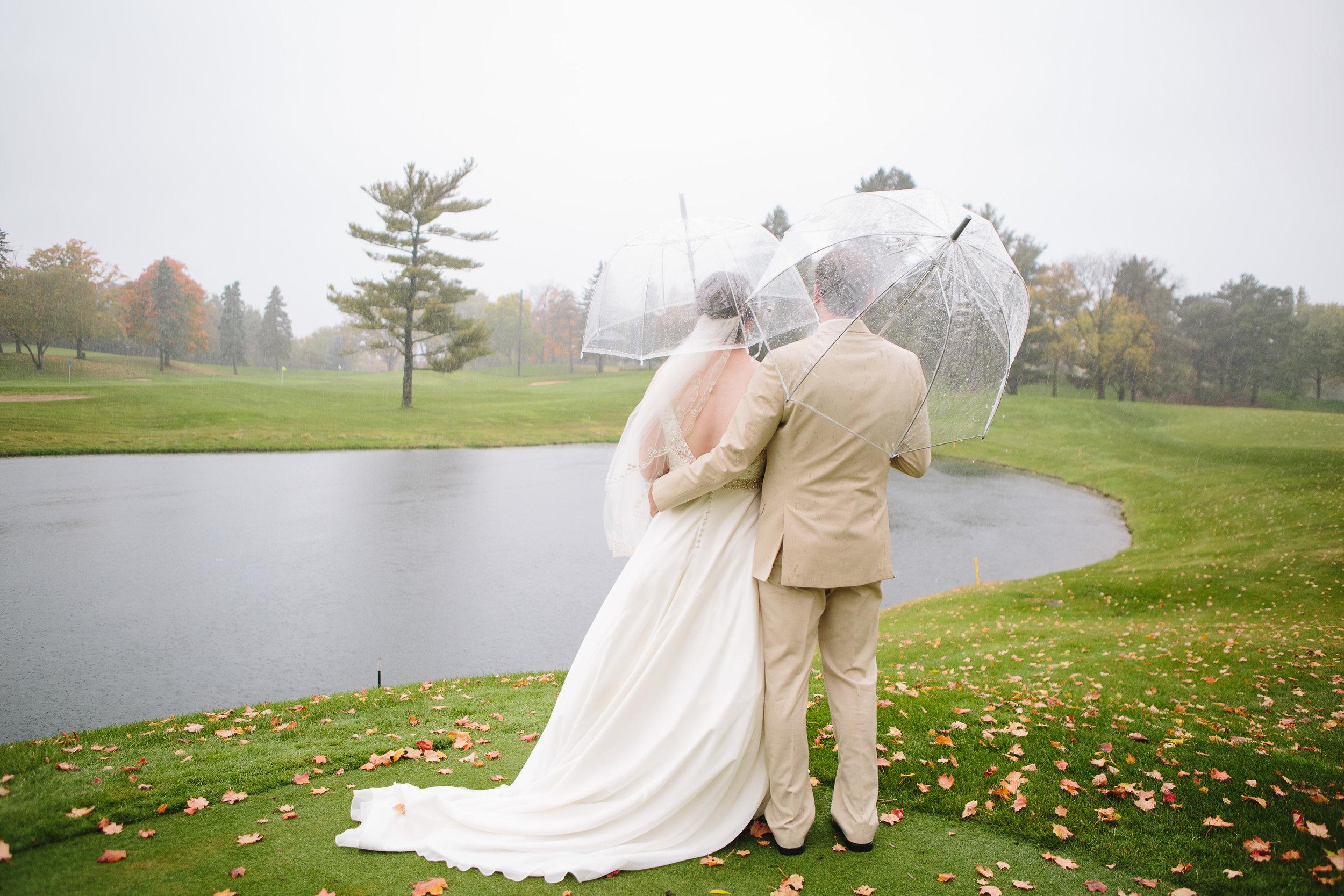 rainy wedding day, fall wedding, prepare for rain on your wedding day, umbrella wedding photos, golf course wedding photos
