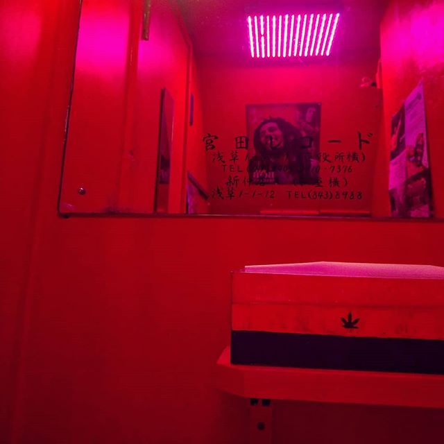 Rastaman's Cafe #red #tokyo #bathroom . . . . . #japan #akakusa #japan #sensoji #colorhunter #reggaebar #bobmarley #rastamanscafe #colorgram #color #colorlover #colorhunter #cromaticrelationship