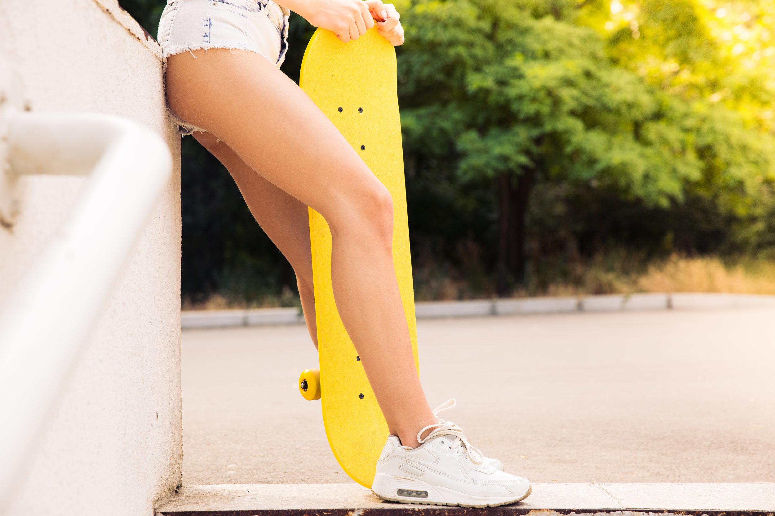 closeup-portrait-of-female-legs-with-skateboard_rtNgrroTrs.jpg