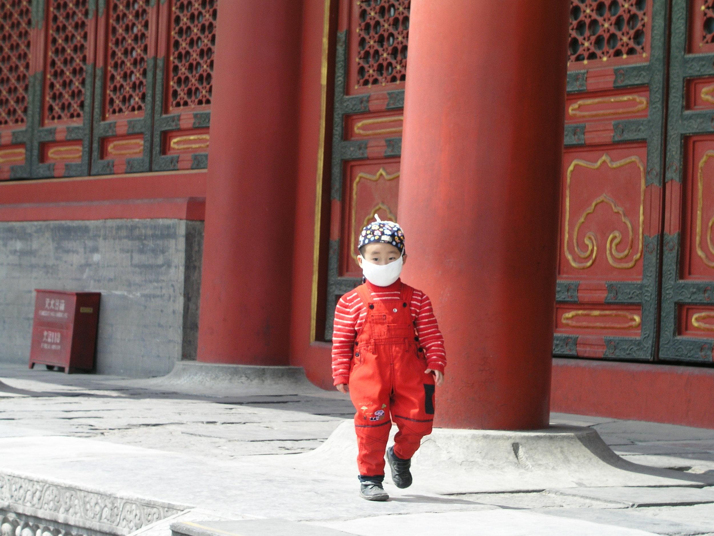 Nearly empty Forbidden City amid SARS.4.JPG