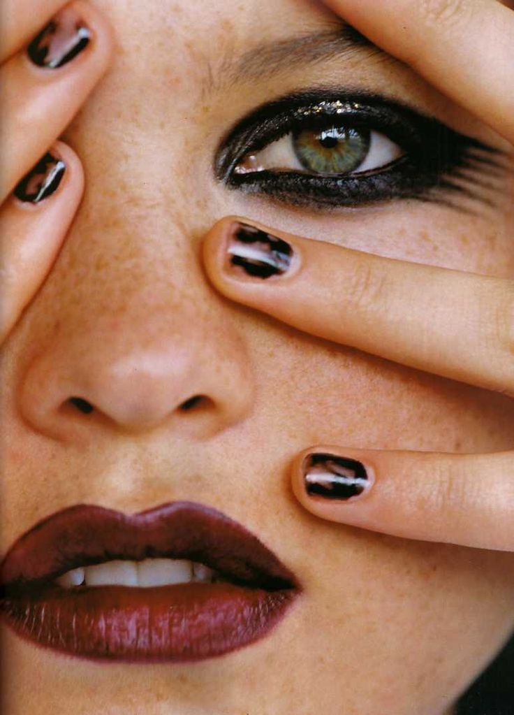 THE MESSY BLACK NAIL FOR FALL -> ( YSL )  Image: Flair Italia