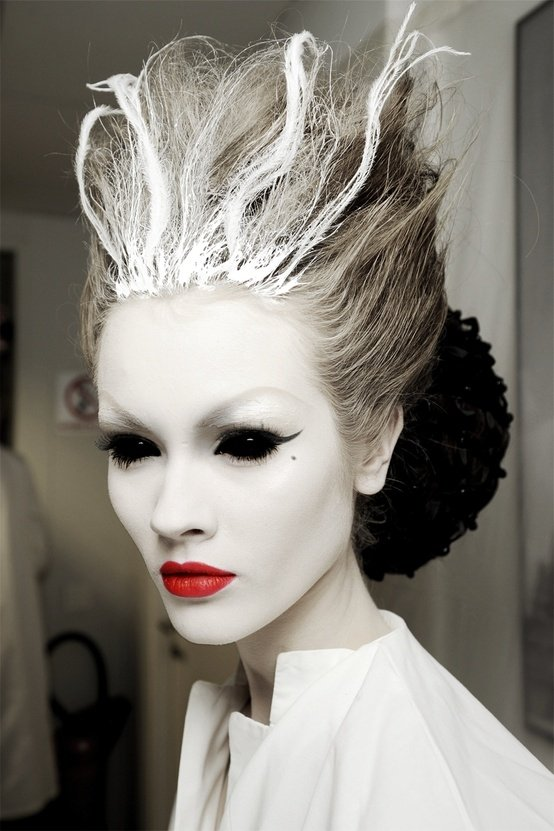 File under: #halloween #inspo   Get your sheet together and  do this as your ghost face  - EPIC.    Image via  Squidoo