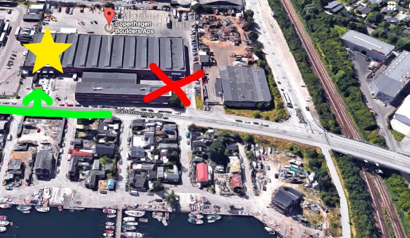 Google maps kan godt mislede dig hen til Unisport (rødt kryds) som også har adresse samme sted da det er samme bygning. Gå i stedet hen imod den grønne pil og hen mod stjernen som er her Copenhagen Boulders finde sted.  Herunder finder du kort og du har her mulighed for at klikke på den røde markør for at åbne Google maps i en ny side.