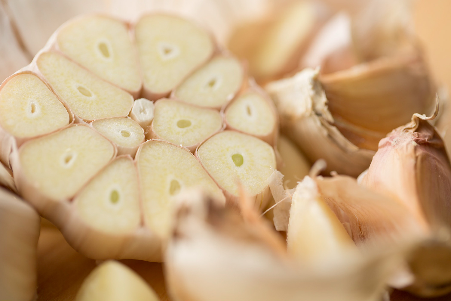 6-chef-cooking-kitchen-table-cutting-herbs-spices-garlic-macro-marketing-sales-advertising-photographer-daniel-buehler-danbcreative-food-photography.jpg