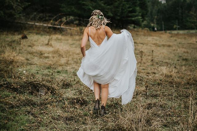 Off to see her love! 🥾🥾#birdseyecovefarm #cowichanvalley #pnwphotographer #pnwedding #blundstone #rainyday #lookslikefilm #tribearchipelago #junebugweddings #dirtybootsmessyhair #birdseyecovefarmwedding #cowichanvalleywedding