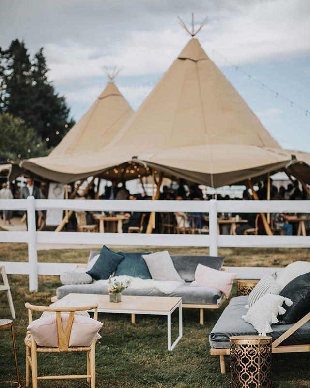 How inviting is this perfect little seating space against the backdrop of those luxury marquees? 😍 #receptiondecor #receptiongoals #yyjweddings #yyjwedding #weddingtent #yyjweddingphotographer #sooke #sookewedding #backyardwedding #marqueehire #tentedwedding #outdoorwedding