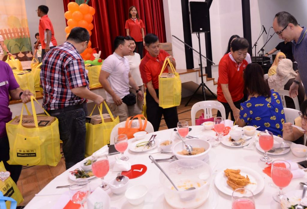 Mr Khaw distributing the Goodie bags to low income family