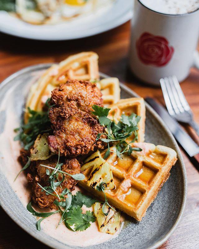 Let's brunch!! ✨ @rosewoodmtl • Waffle & fried chicken (waffle, buttermilk fried chicken, honey-pineapple syrup, grilled pineapple, harissa yogurt, coriander) #yummy