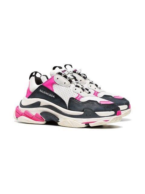 The Dad sneakers - Ces sneakers sont partout sur les réseaux sociaux et font débat, des maisons de couture telles que: Balenciaga, Louis Vuitton, Chanel ont introduit des baskets dans leurs défilés. Cela fait plusieurs mois à présent qu'on voit les influenceuses et célébrités les porter, ces sneakers possèdent des touches de couleur, sont imposantes voir futuristes pour certaines. Vous avez sûrement du voir les LV Arclight de Louis Vuitton (voir ici) ou encore les Triple S (voir) et les Stretch Speed (voir) de Balenciaga.Ce genre de sneakers était considéré comme un fashion faux pas dans les années 90' alors qu'actuellement elles font partie des must have des fashionistas. A l'arrivée de ce trend, je n'ai pas été conquise et ne me voyais pas porter des sneakers aussi voyantes et imposantes, mais aussi faire des tenues avec. En voyant, des bloggeuses réussir à faire des looks décalés tout en étant chic décontracté: juste pourquoi pas en fin de compte ?! Vous en pensez quoi vous, pour ou contre ?