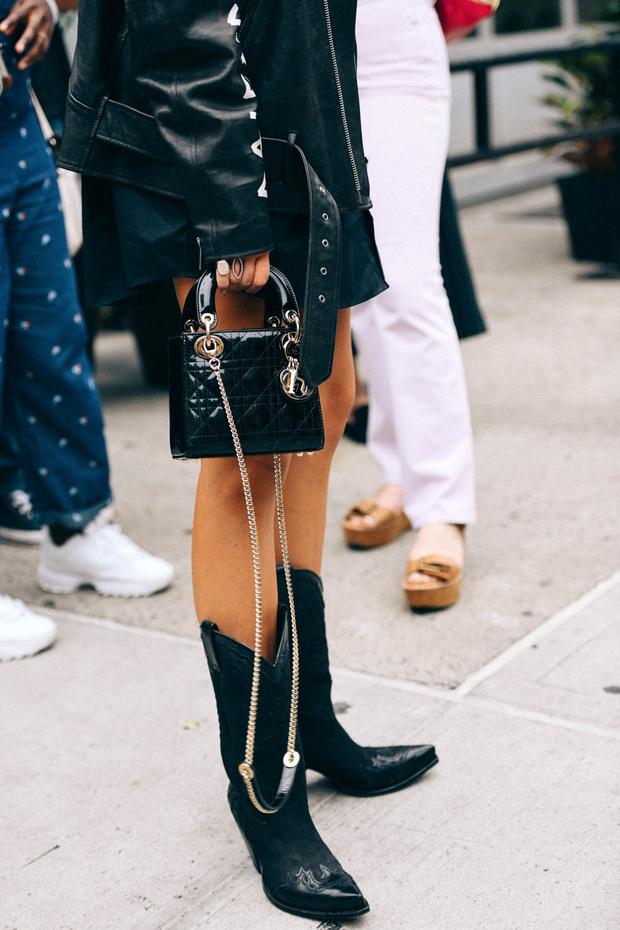 """The Cowboy boots - Les designers comme Fendi, Isabelle Marant et d'autres ont apporté des touches du Western dans leur défilé printemps 2018 avec notamment des bottes de cowboy. Puis, elles ont gagné la scène du street style.Elles ont été revisitées et ils en possèdent pour tous les goûts que ce soit en couleur, avec différents motifs ou matières.Elles sont portées avec des robes, une paire de jeans, une jupe ou encore un autre trend dont je vous ai parlé: le short de cycliste. Beaucoup d'options qui permettent une touche """"cool"""" à une tenue plutôt habillée voir classique. Vous en pensez quoi ? Vous en mettriez ?"""