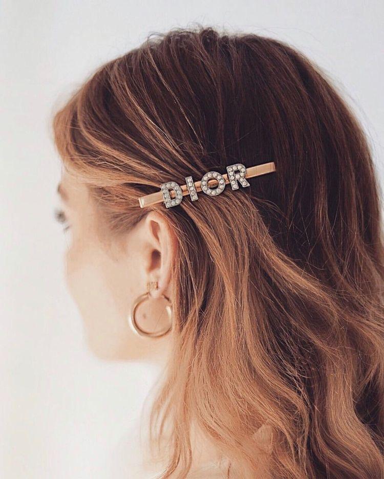 The hair clip/barrettes - Une tendance qui revient des années 90' également sont les clips et les barrettes. Alors qu'on avait l'habitude de les dissimuler sous des mèches, d'en placer discrètement, elles sont tendances maintenant. Elles ont différentes formes, sont classiques ou originales, XXL ou encore minimalistes, il y en a pour tous les goûts ! Elles peuvent être mises pour faire tenir une coiffure comme un chignon, pour amener de l'originalité à une coiffure, mais aussi pour renforcer sur le côté habillé/soirée d'une tenue. Vous en portez vous ? Pour ou contre cette tendance ?