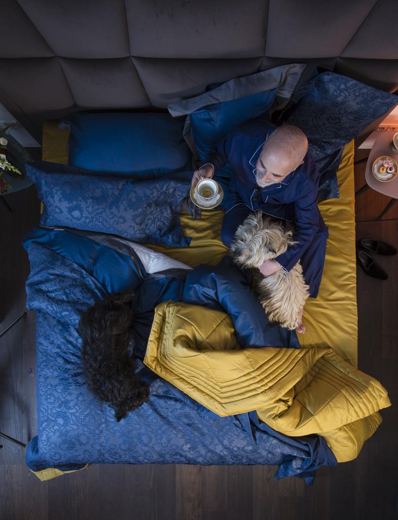 Bettwäsche und tagesdecke: La Perla, Pyjama: Derek Rose, Vase: Stradition x Lex Pott, Porzellan: Rosenthal x Versace