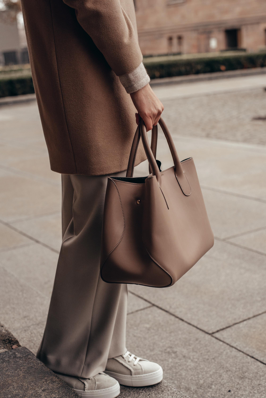Caramel Love     Schmaler Wollmantel im Blazerstil Lange Hose ohne Bund und Taschen Wildledersneaker mit breiter Sohle Schlichte Tasche