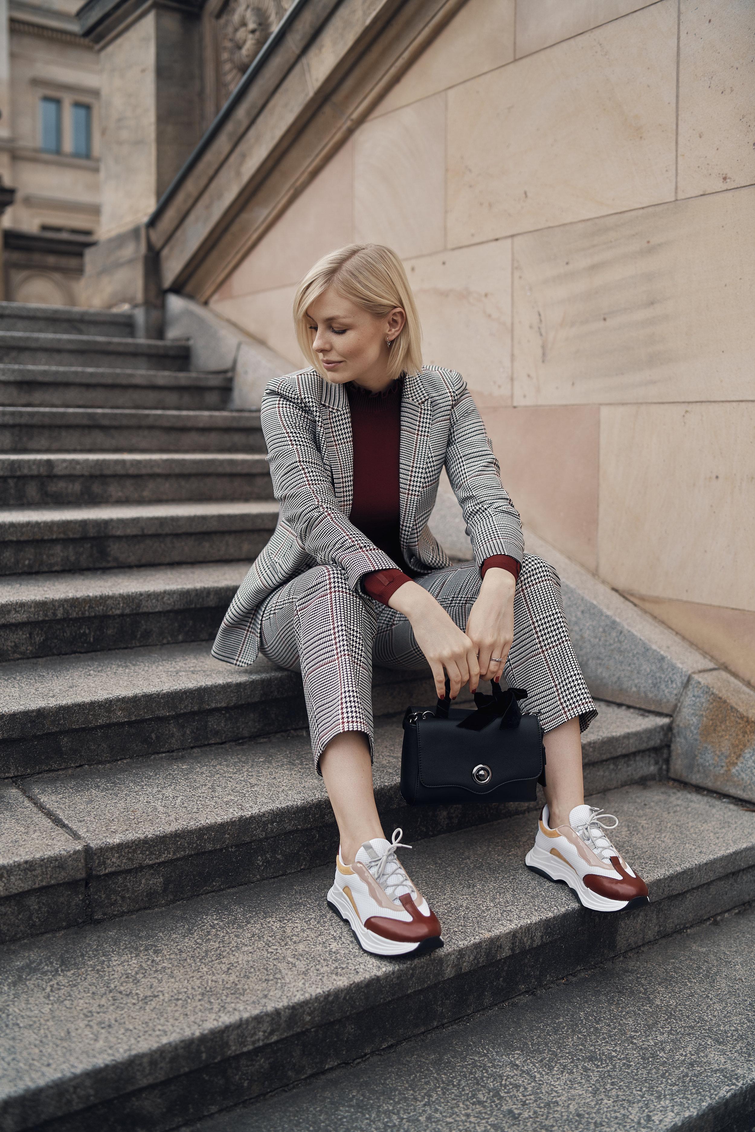 Suit it up!   Glencheck-Blazer Glencheck-Hose Pullover mit Rüschen-Stehkragen Umhängetasche mit Deko-Schleife