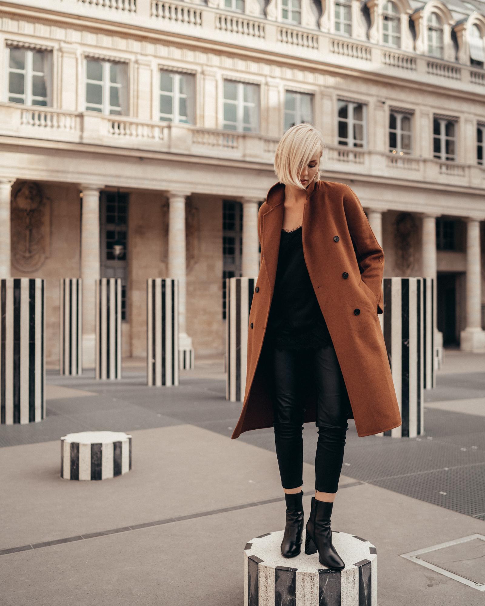 Doppelreihiger Doubleface Mantel Seiden-Lingerie Top mit Spitze Leder-Stiefeletten mit verziertem Blockabsatz