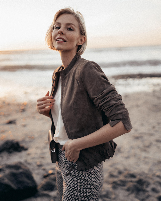 Summer-Look   Vichykaro Hose Lässiges Blusenhemd mit V-Ausschnitt und 3/4-Ärmel kurze Lederjacke aus Ziegenvelours abnehmbare Gürteltasche mit Umhängekette