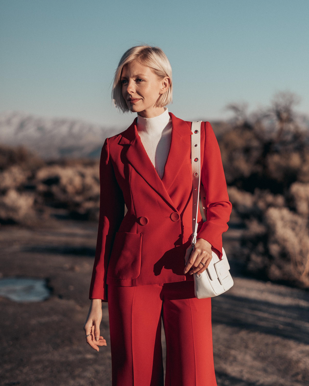 Summer-Look   Longblazer Hose fürs Büro Pullover Umhängetasche mit Zierschließe
