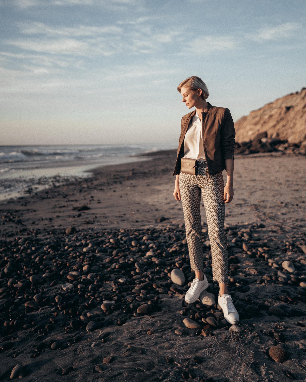 Summer-Look   Vichykaro Hose Lässiges Blusenhemd mit V-Ausschnitt und 3/4-Ärmel kurze Lederjacke aus Ziegenvelours abnehmbare Gürteltasche mit Umhängekette Sneaker