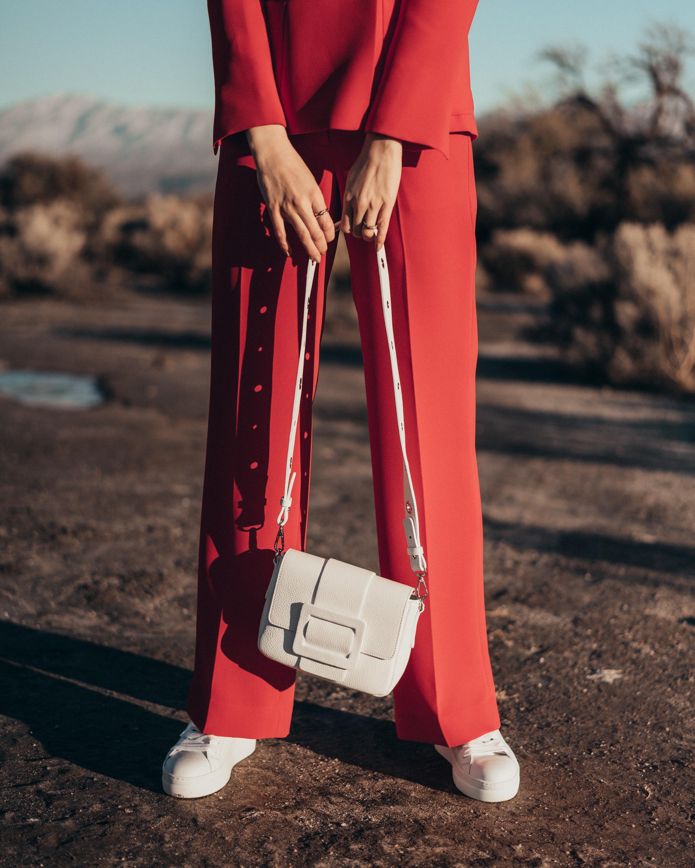 Summer-Look   Longblazer Hose fürs Büro Umhängetasche mit Zierschließe Sneaker