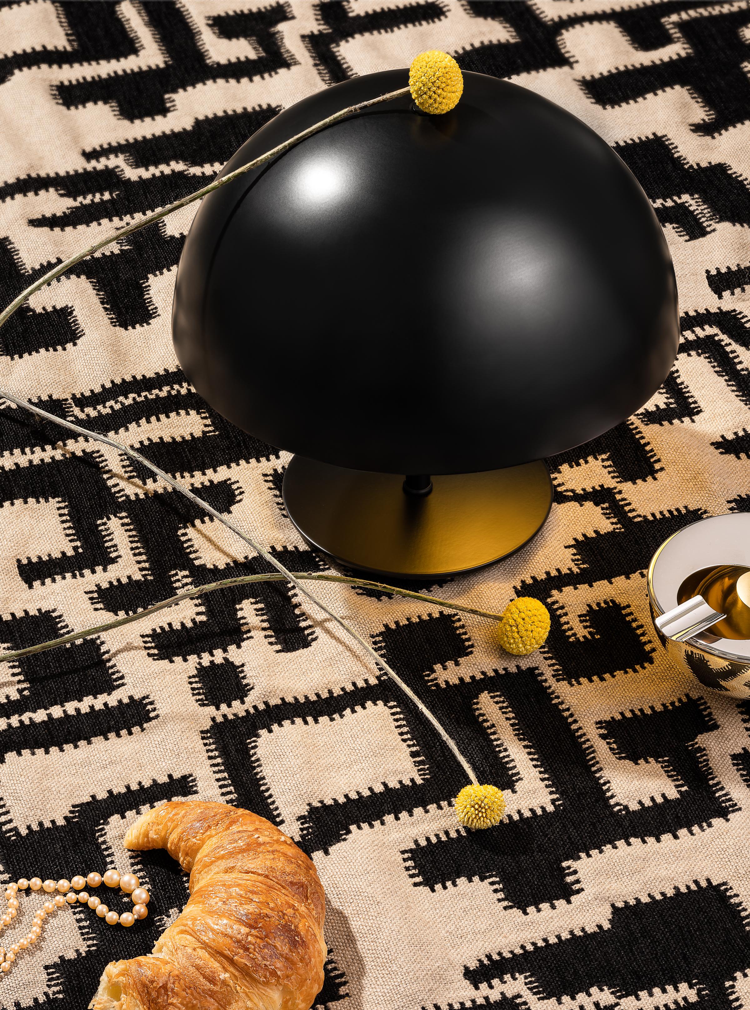 """IN EINKLANG     Boden bedeckt mit Bezugsstoff """"Delfi"""" C&C Milano Tischleuchte """"Baby Dome"""" Mater Aschenbecher, designt von Marianne Brandt, Alessi"""