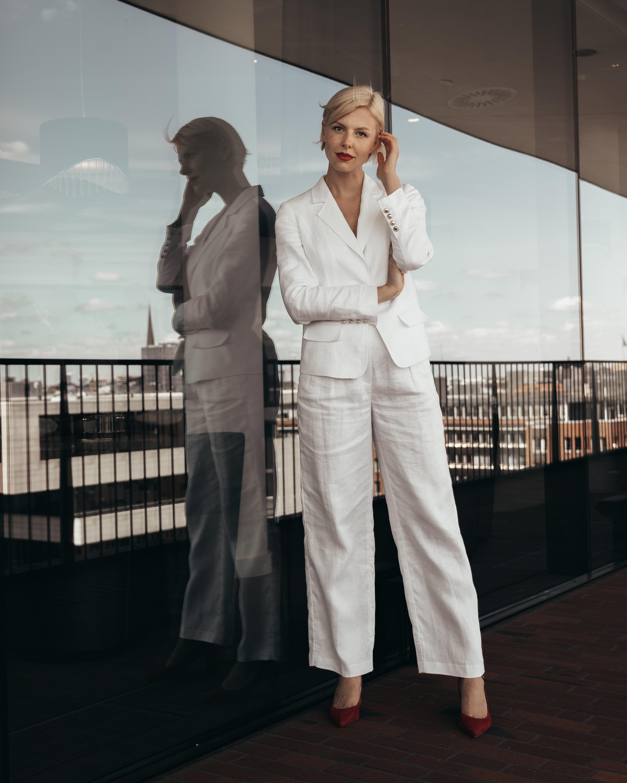 Summer-Look   Longblazer Hose fürs Büro Pullover Umhängetasche mit Zierschließe Sneaker