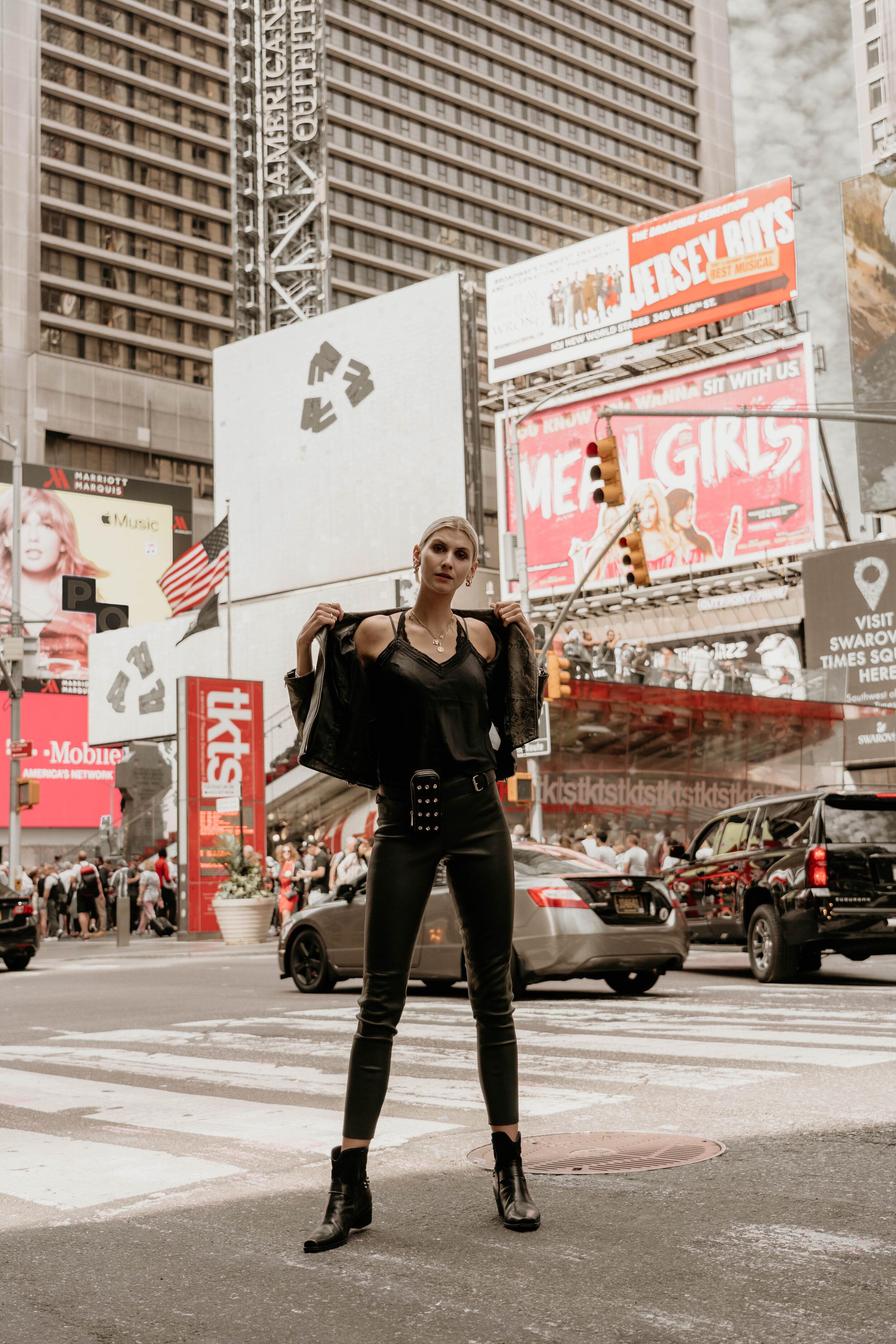 Times Square  Lingerie-Top aus Satin Lederjacke im Biker-Style mit edlem Schlangen-Print Lederhose mit Stretch-Komfort Lederboots im Western-Style Micro-Bag