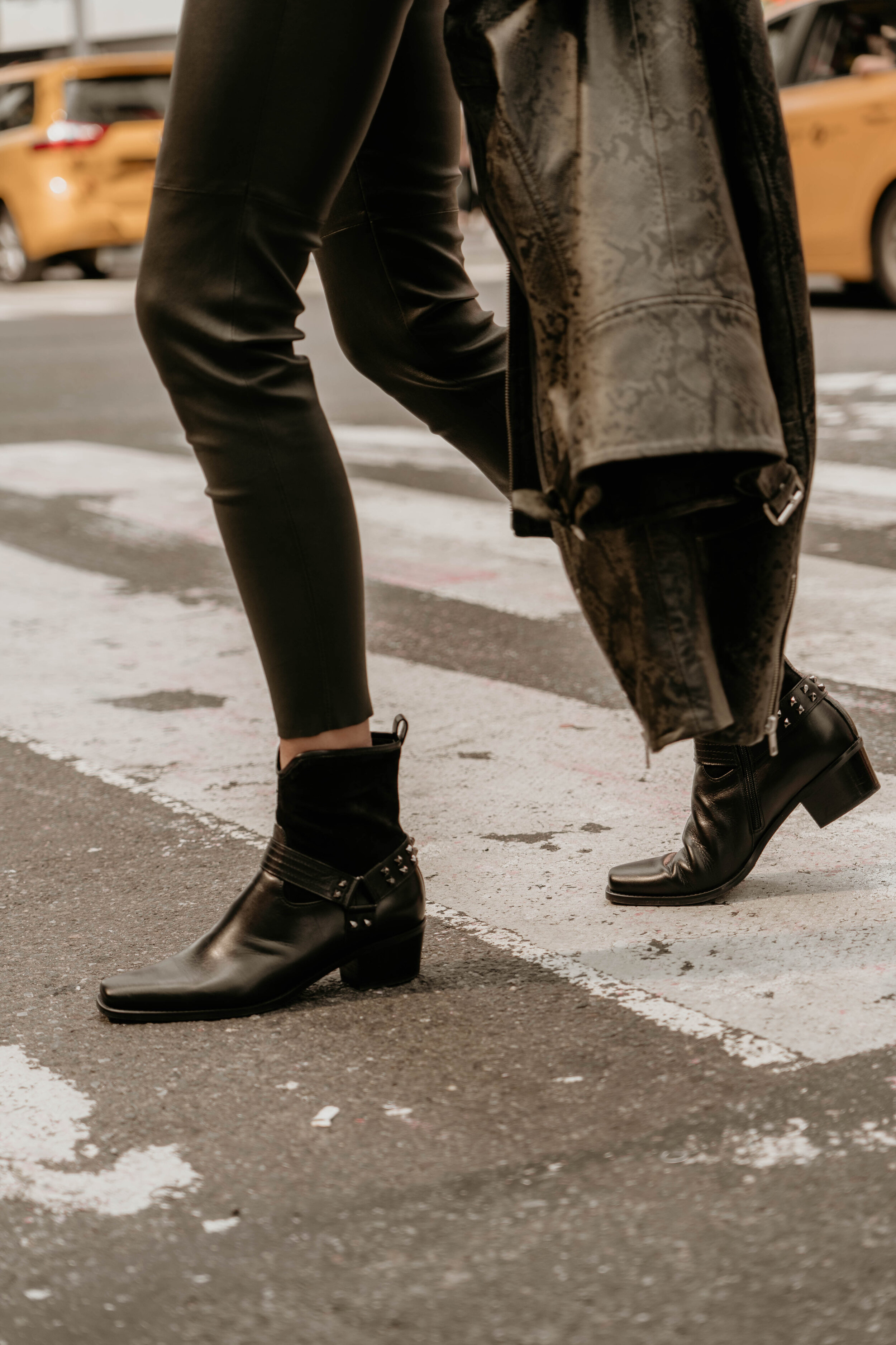 Times Square  Lederjacke im Biker-Style mit edlem Schlangen-Print Lederhose mit Stretch-Komfort Lederboots im Western-Style