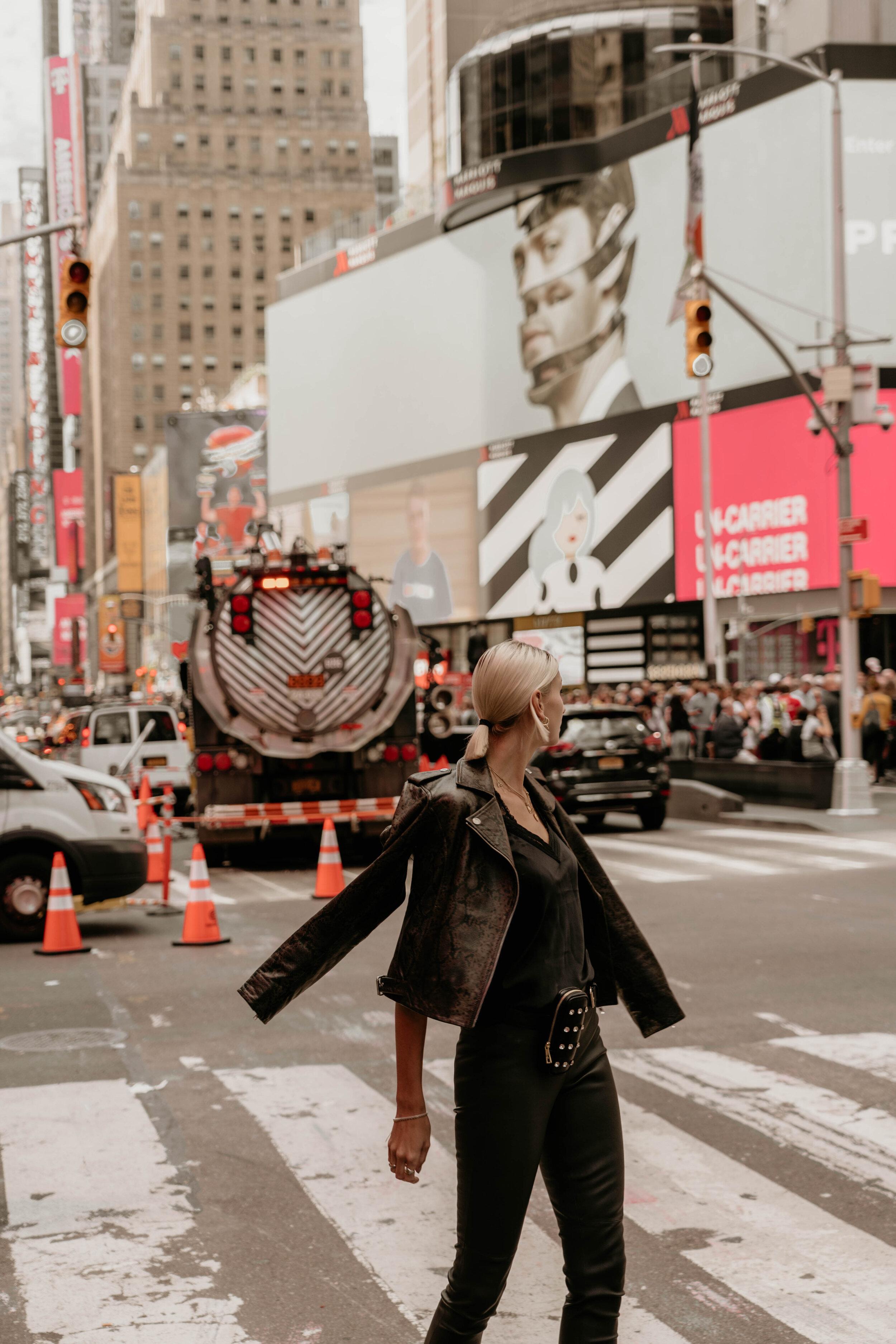 Times Square  Lingerie-Top aus Satin Lederjacke im Biker-Style mit edlem Schlangen-Print Lederhose mit Stretch-Komfort Micro-Bag