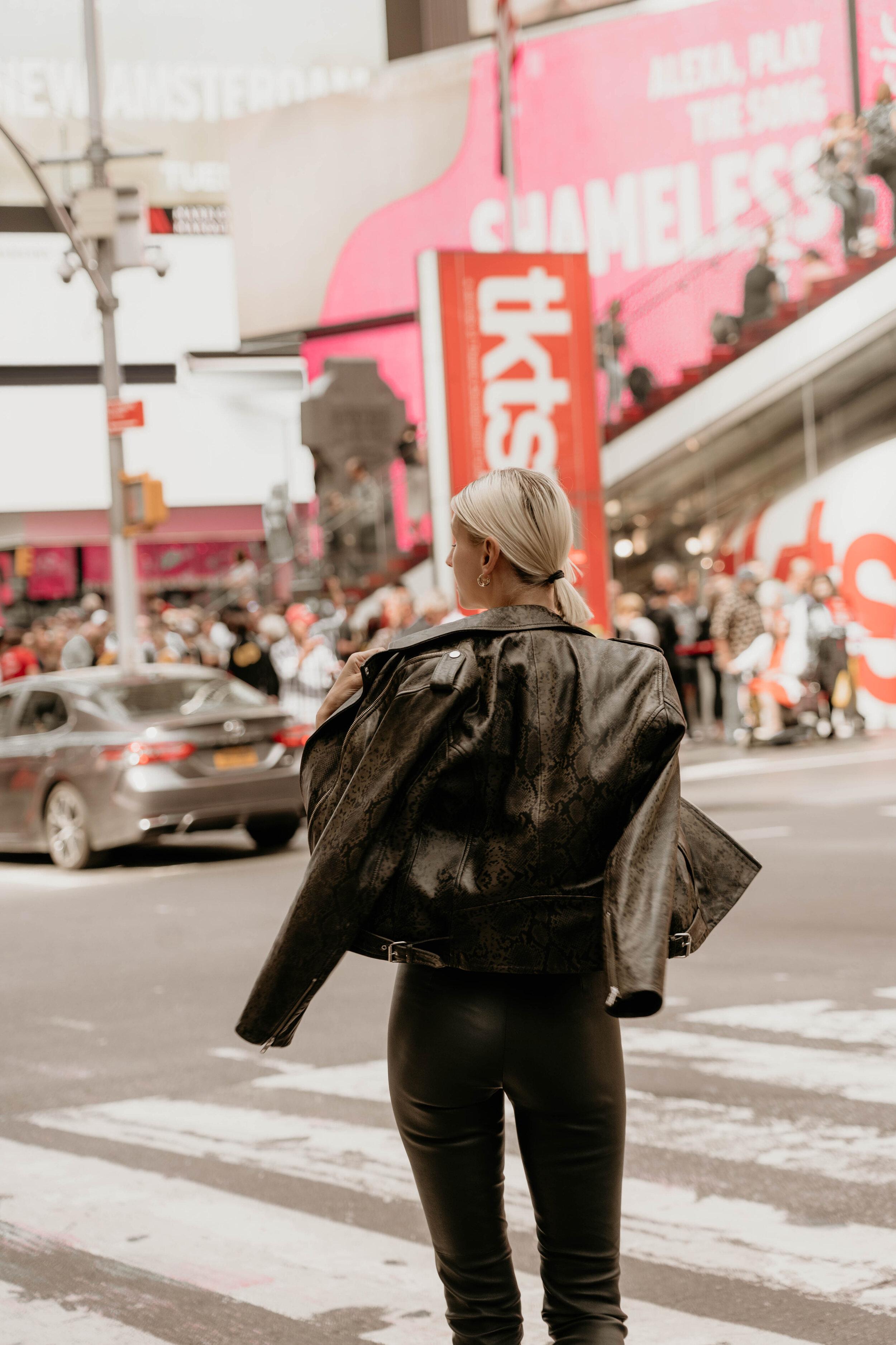 Times Square  Lederjacke im Biker-Style mit edlem Schlangen-Print Lederhose mit Stretch-Komfort