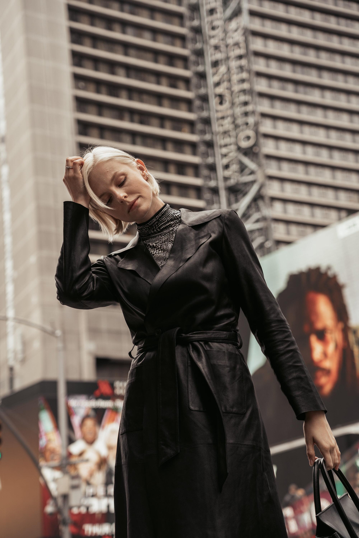 Times Square  Ledermantel aus Ziegennappa Seidenshirt mit Rollkragen
