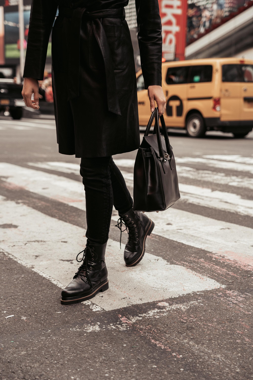 Times Square  Ledermantel aus Ziegennappa Jeans Schnürbotts aus Leder mit dekorativen Ziernieten Tasche
