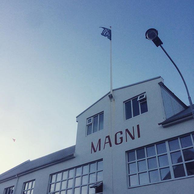 Fáninn er kominn upp sem þýðir bara eitt: SUMARIÐ ER KOMIÐ!!!! Vúhúúú!!!! #slippurinn #visitvestmannaeyjar #vestmannaeyjar