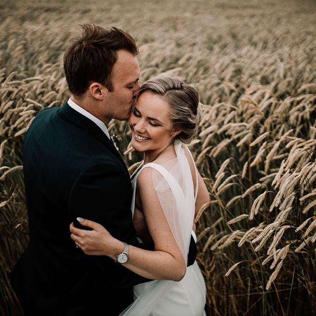 A gorgeous couple + a field + overcast skies + a @canonnordic eos r = Perfection 😍  Just in case you had any doubts, but these conditions are what I love to shoot in and where I shine, almost as much as my couples :)