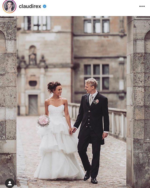 Sødeste @claudirex og @pellehebsgaard fejrer i år 1 års bryllupsdag :) De har haft et vildt år og jeg er super taknemmelig for at have fået æren af at fotografere dem på deres store dag 😍📸