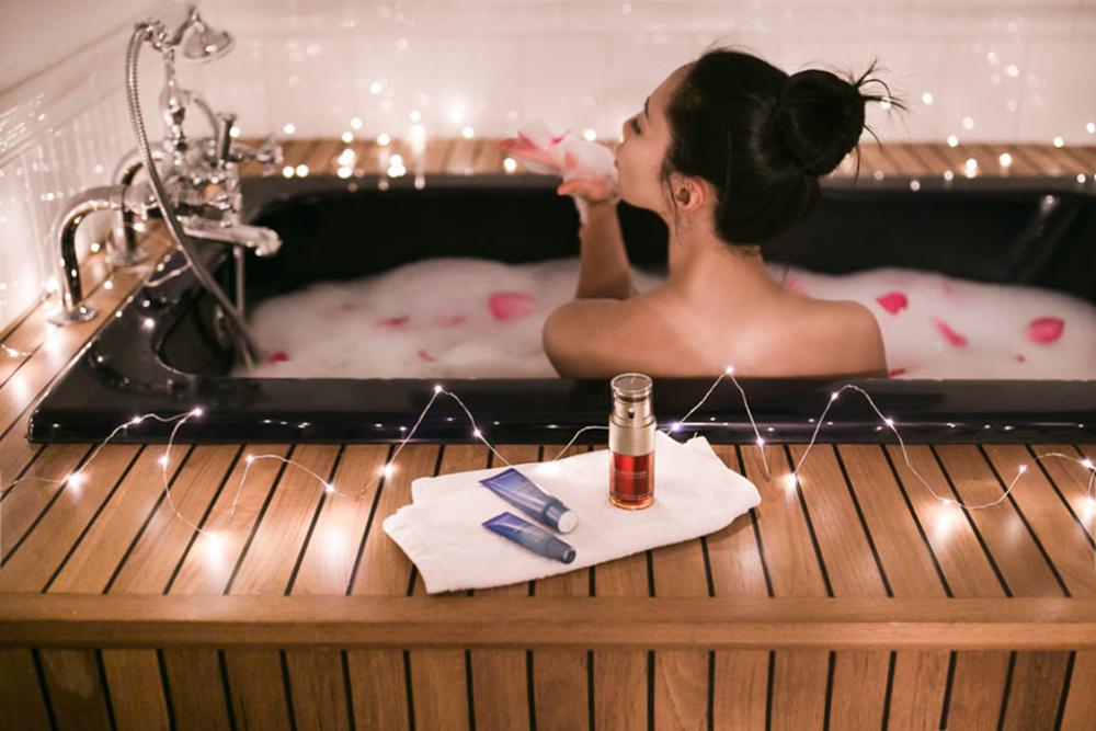 Clarins-double-Serum-petal-bath.jpg