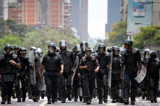Riot police in Caracas. Image by Thomas Coex.
