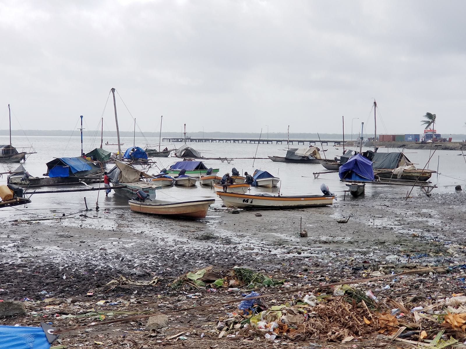 Daru shore boats2.jpg