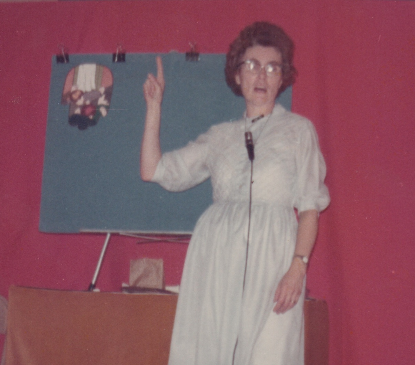 Mom, teaching children, using Flannel Graph