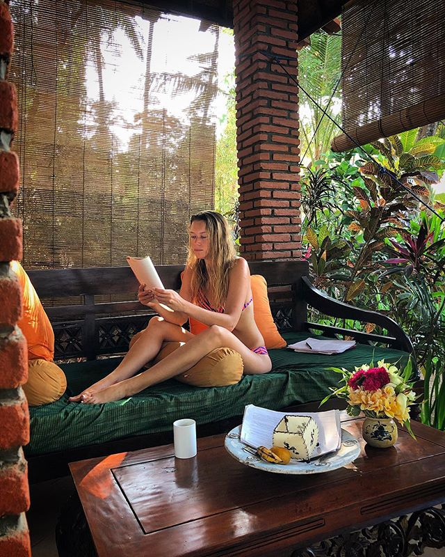 While you are traveling by yourself, books become your best friends 📚 . . . #yogagirl #baliyoga #tejakula #yogajourney #nztraveler #travelersnotebook #coffeetable #coffeetime #goodmorningpost #beachlife🌴 #travelsingle #enjoyyourself #readingtime📖 #bookobsessed #fengshui #nerd #leisure #balibible #balidaily